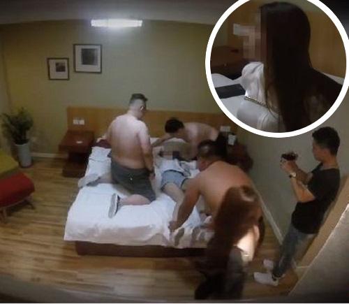 少女被赤裸上身的彪形大漢壓在床上。