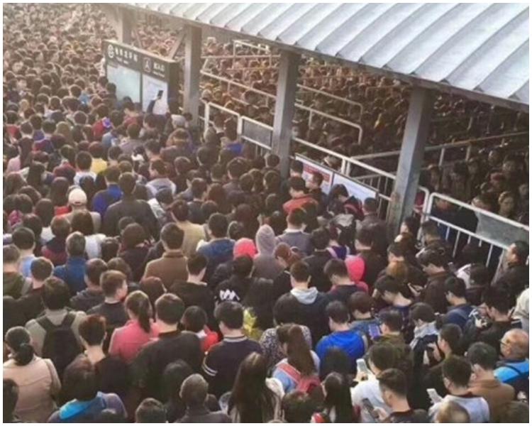 北京上班族因要等待安檢而在地鐵站外大排長龍。網上圖片