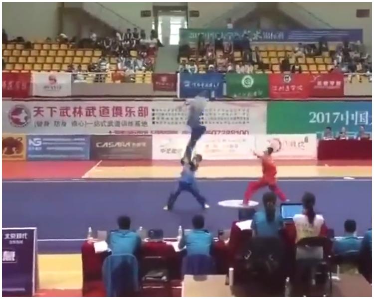 其中一名表演者躍上半空。片段截圖
