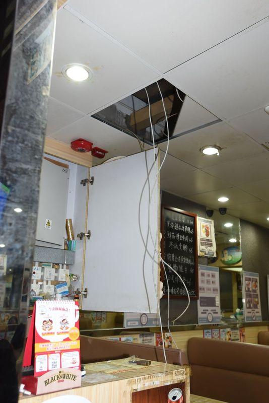 賊人扯爛天花剪斷CCTV電線。丁志雄攝