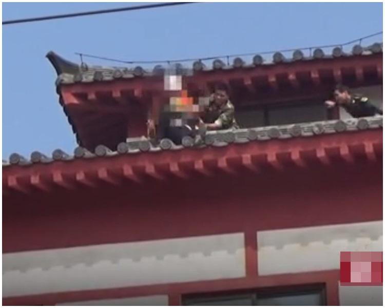 消防員悄悄走到男子身後將青年拉住,2名警員同時撲上協助。網上圖片