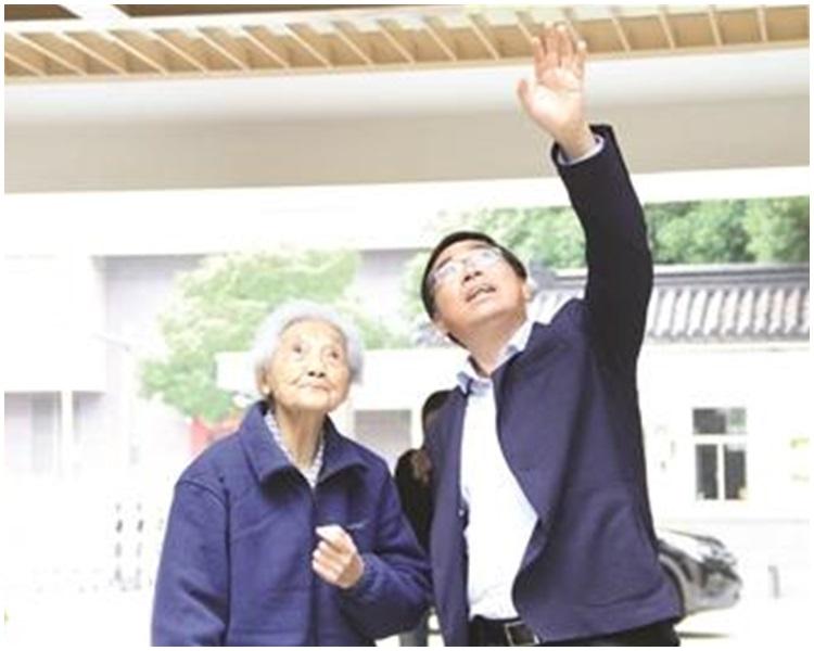 99歲退休教師周映芳(左)。網上圖片