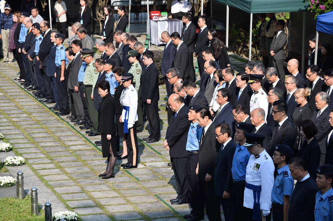 紀念儀式在香港大會堂紀念花園舉行。