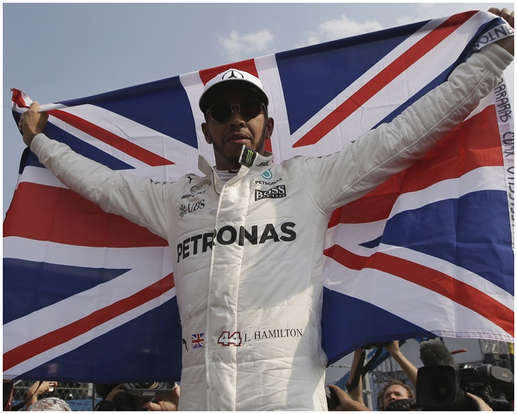 咸美頓提早封王,持英國國旗慶祝。AP