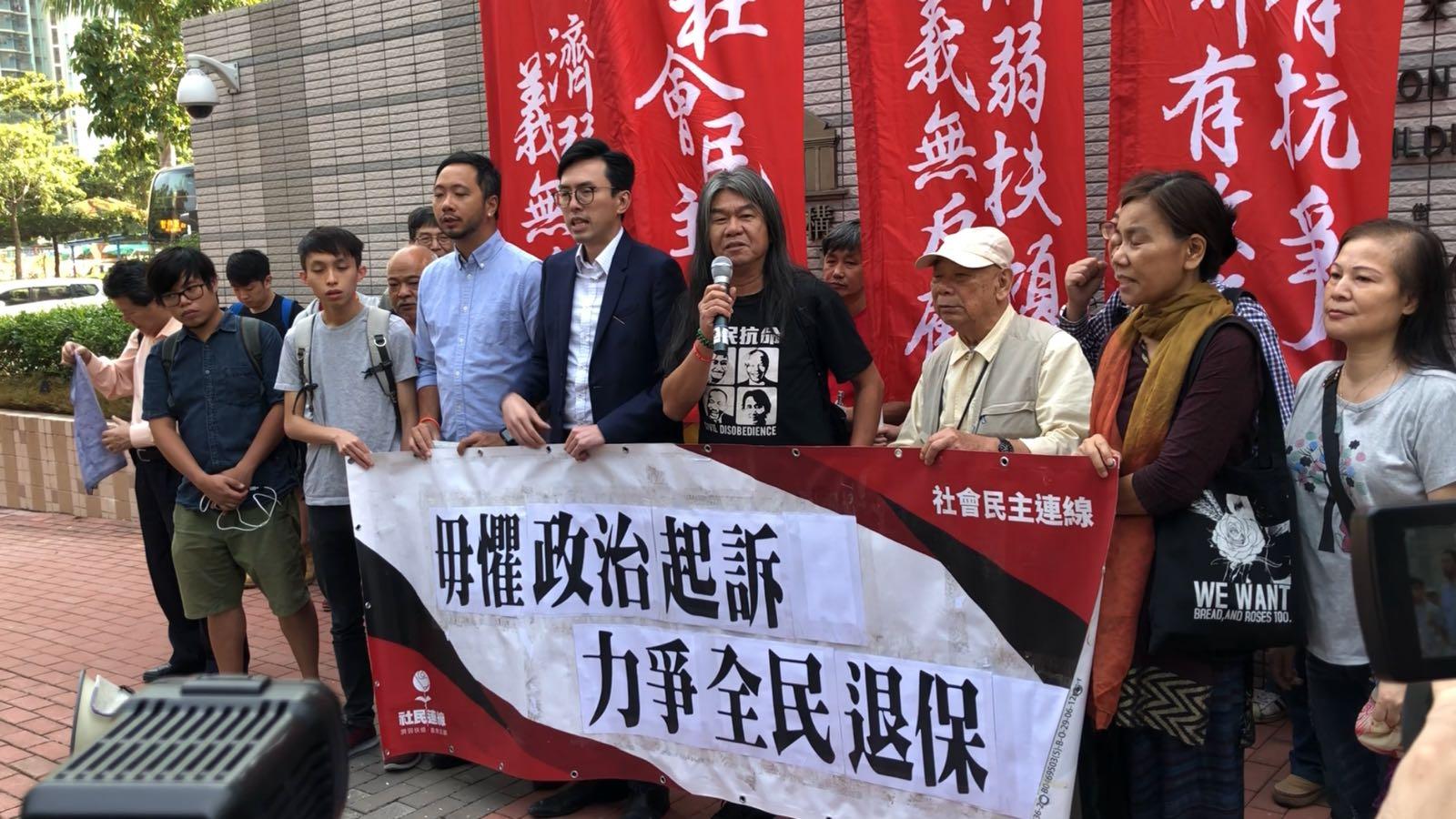 吳文遠(中)表示自己所投擲的只是「軟淋淋」的物件,如被判重刑是意味着法庭淪為政治打壓工具。邱嘉幸 攝