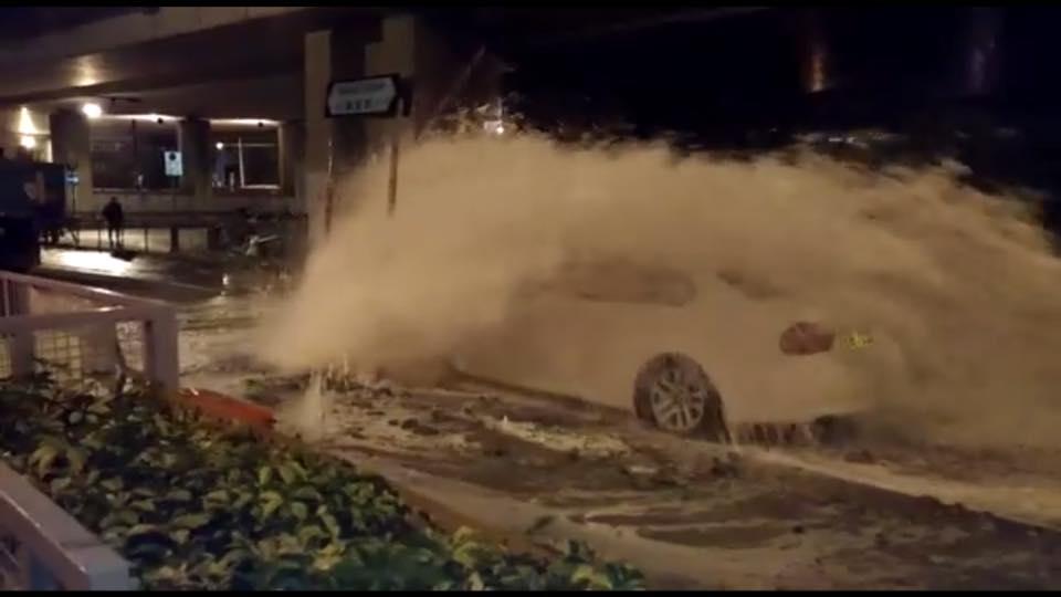 車輛「淹沒」在洪水之中。fb專頁「西灣河筲箕灣工作隊」
