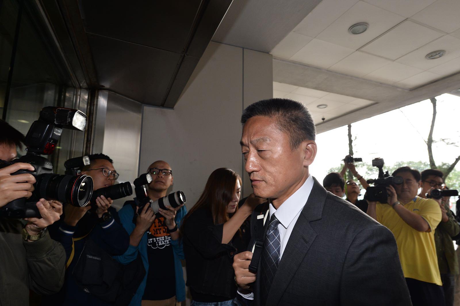 朱經緯早上9時左右抵達法院,大批傳媒採訪。