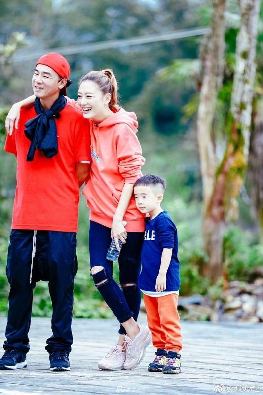 (左起)陳小春與應采兒夫婦與兒子一家,因參與內地人氣親子真人騷而大受歡迎。