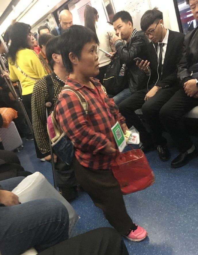 北京地鐵有乞丐以手機二維碼支付行乞。網上圖片