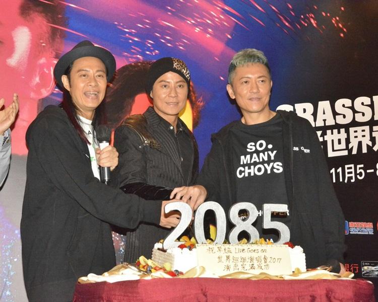 草蜢慶功宴上切齊有2085的蛋糕,預祝出道100年。