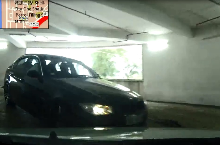 當時車CAM司機入閘後,靠左邊內線全速前進。