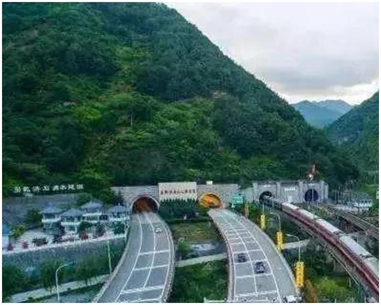 隧道處於雪山河谷地帶,施工最高海拔達4800多米。網上圖片