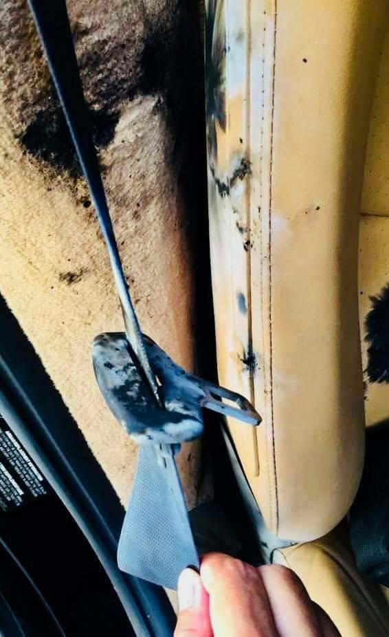 相片所見不但車身損毀,而內部的座位都有燒焦的痕跡。fb「台灣新聞記者聯盟資訊平台」專頁