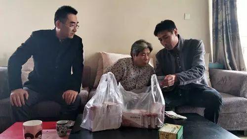 祖母患有腿疾,連接送小雨上學也成問題。