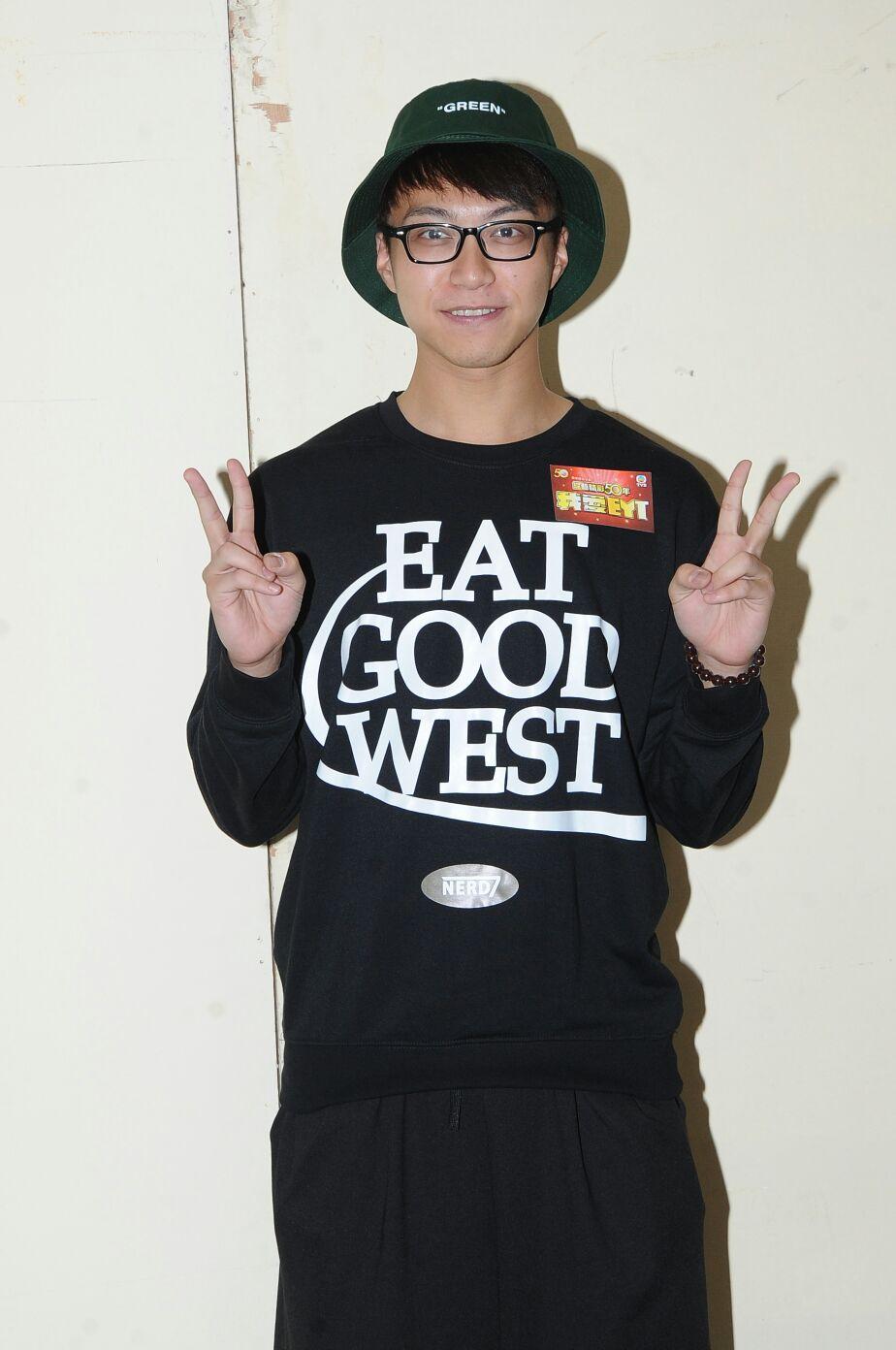 坤哥身穿<Eat Good West>自家設計衛衣。