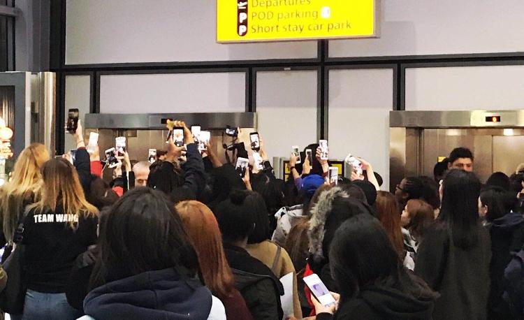 粉絲送Jackson機引起哄動。