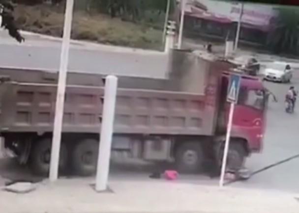 轉彎時,三人突然遭後方一輛重型貨車貼近,當場被撞倒地。網上圖片