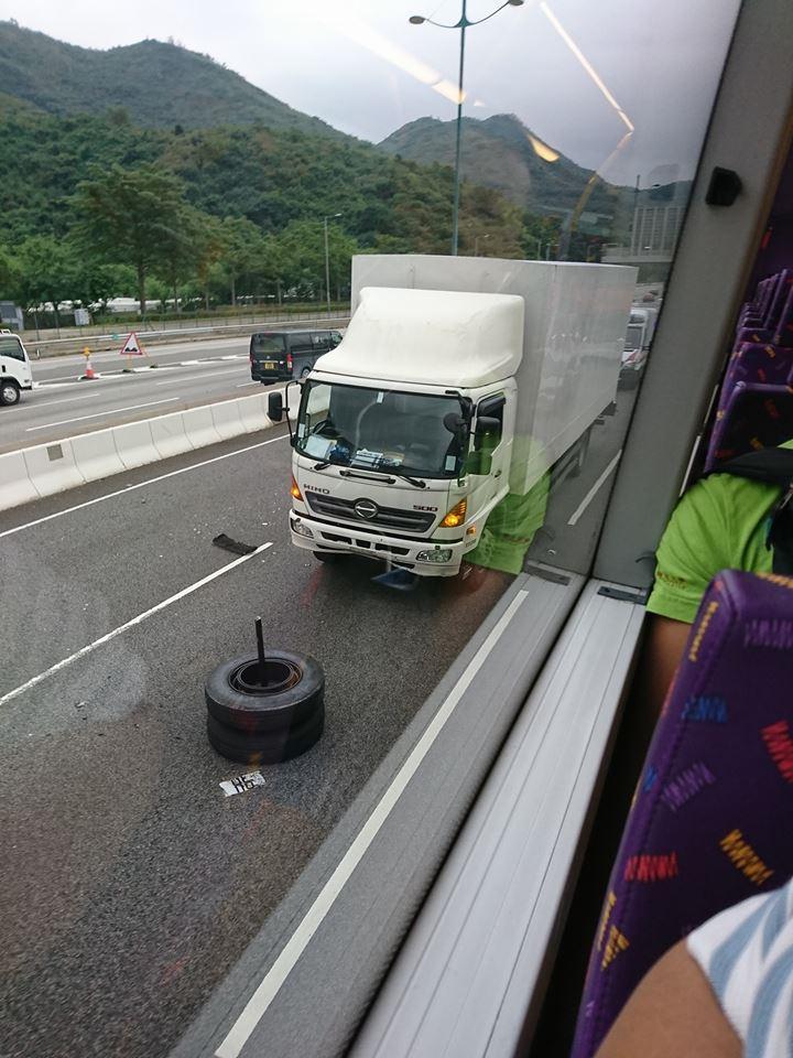 旅巴 的「甩轆」撞飛貨車後跌在路中。圖:網民Lawrence Tam