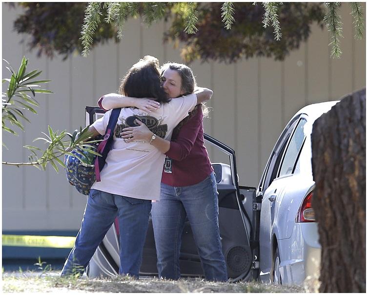 有送子女上學的家長表示,聽到槍聲後,帶同子女進入學校課室暫避。 AP
