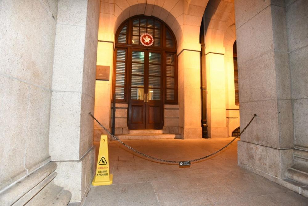 內地男子13日晚上涉損壞終審法院木門及清潔公司的黃色告示筒。資料圖片