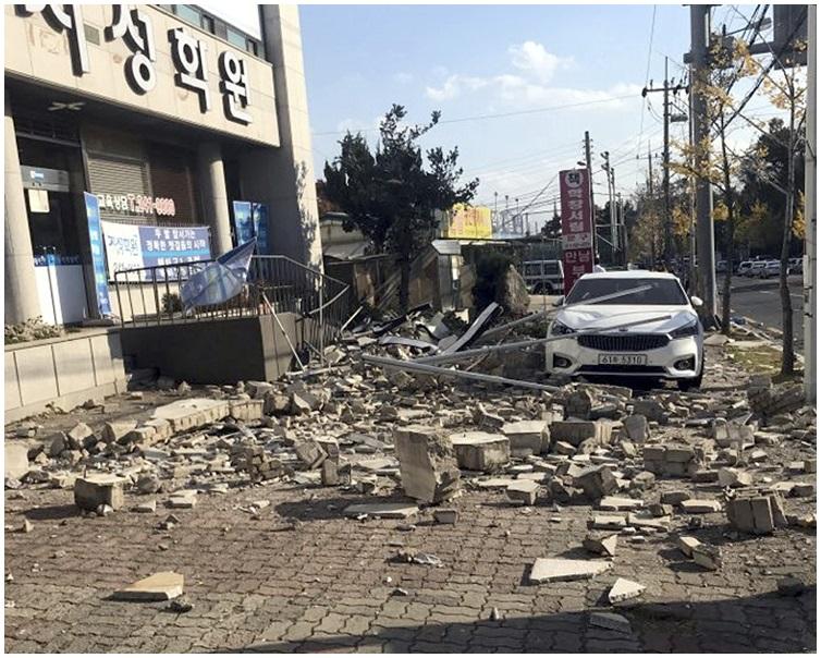 慶尚北道浦項市有建築物損毀。 AP