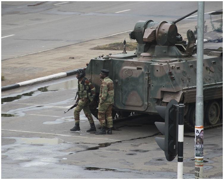津巴布韋軍人及裝甲車封鎖了二前往主要政府辦公室。 AP