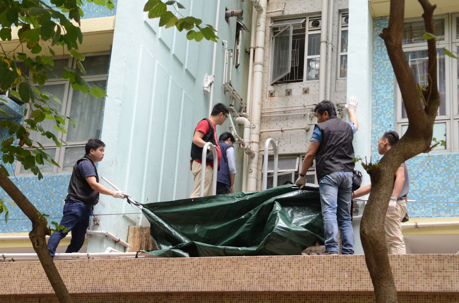 警方以帳篷遮擋男死者遺體。林思明攝