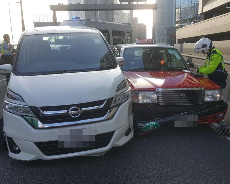 兩車狂撼,七人車司機昏迷。讀者提供