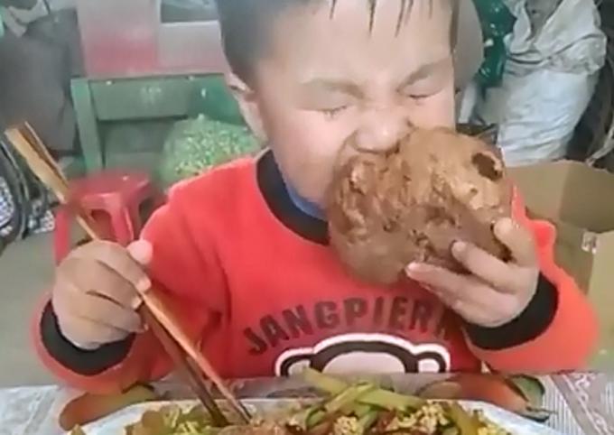 這位小男孩大口大口吃飯的視頻在網絡紅起來。 網上圖片