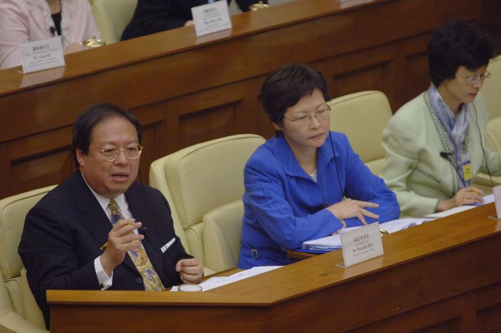 特首林鄭月娥曾是何志平下屬,林鄭月娥於2006年3月曾擔任民政事務局常任秘書長,直至新政府換屆。資料圖片