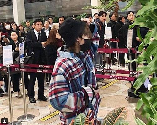 GD在金蒲機場過關,吸引周圍的人目光。