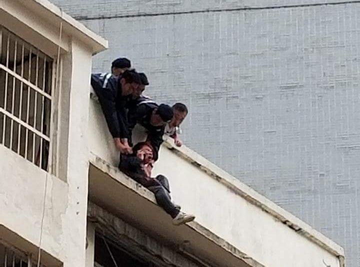 警員飛身拯救。香港突發事故報料區圖片