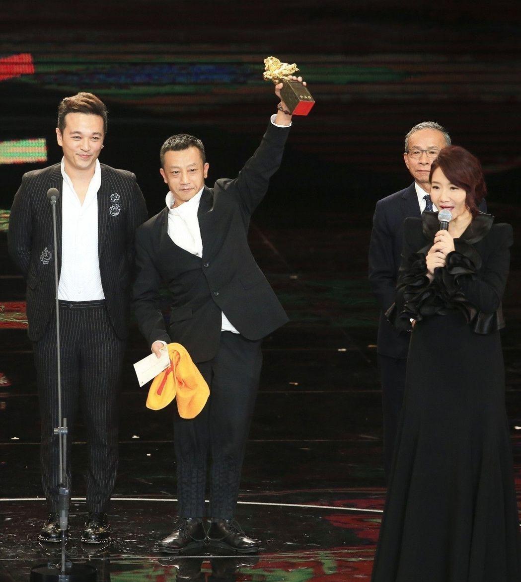 《血觀音》導演楊雅喆(左二)上台領「最佳劇情片」。(網圖)