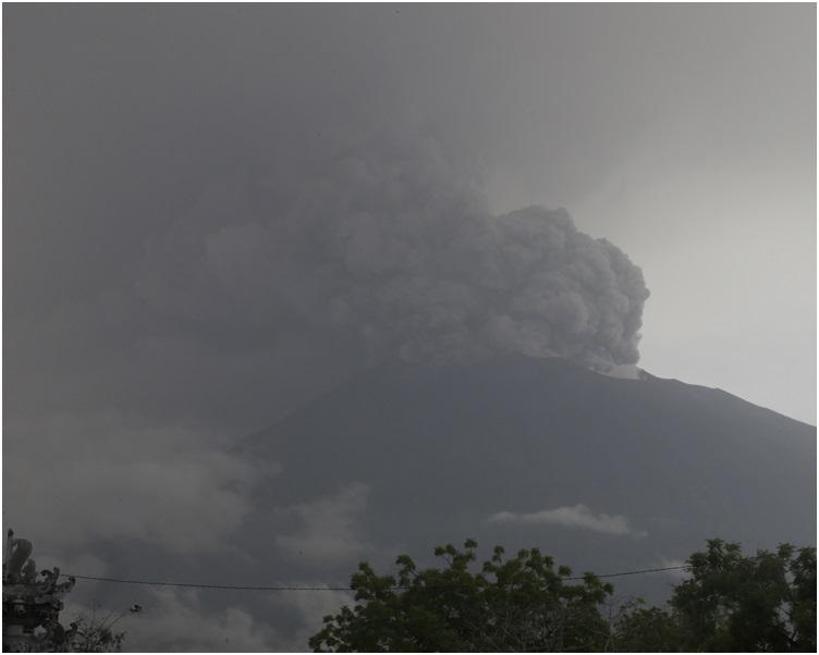 印尼當局將阿貢火山噴發警戒升至最高級別。AP