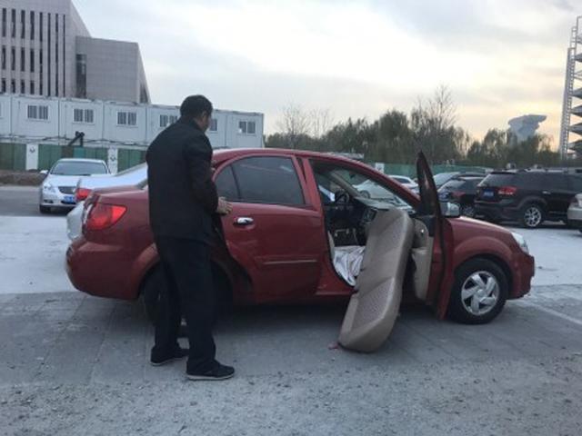 男子最終不惜拆自己座駕後座,都要將購物車塞入帶走。網上圖片