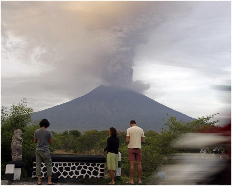 阿貢火山繼續噴出大量火山灰和煙霧。AP