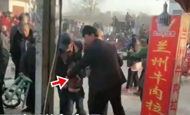 有一名小孩被老虎抓傷。網上圖片