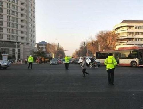 消防人員到達現場後,立即疏散人群。