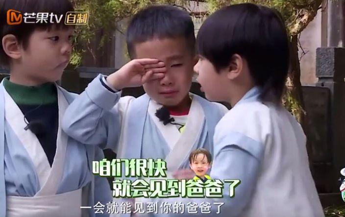 小小春進行任務時,哭著要找爸爸,身旁的Max即安慰他。