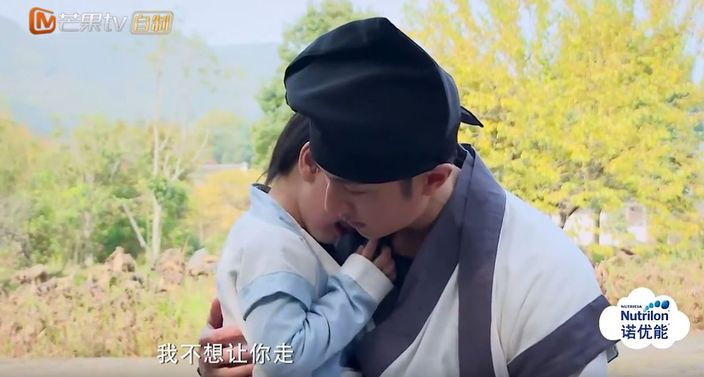 Max知道要和爸爸分開後,馬上哭著跑回去找爸爸,更一度抱緊吳尊不放。