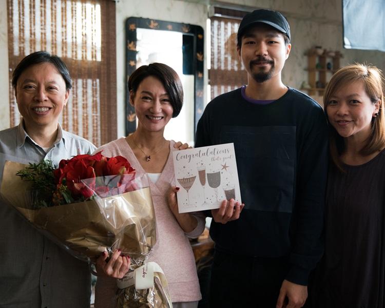 劇組送惠英紅鮮花及心意咭。