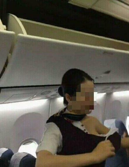 照片中顯示一名空姐的衣服被人撕爛的相片。