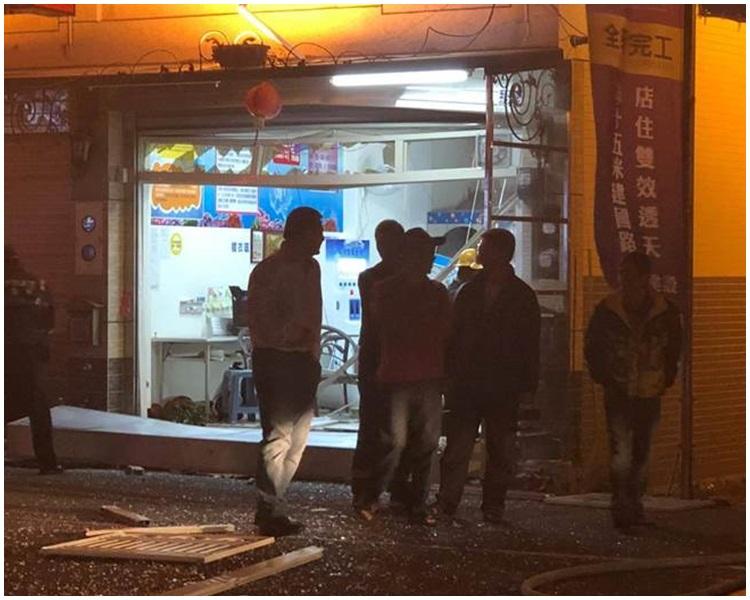 洗衣店的落地玻璃窗與店內洗衣機嚴重毀損。