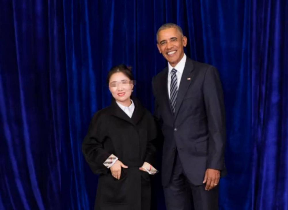 美國前總統奧巴馬在上海出席第3屆全球中小企業峰會,發表演講後一眾微商合照。 網上圖片