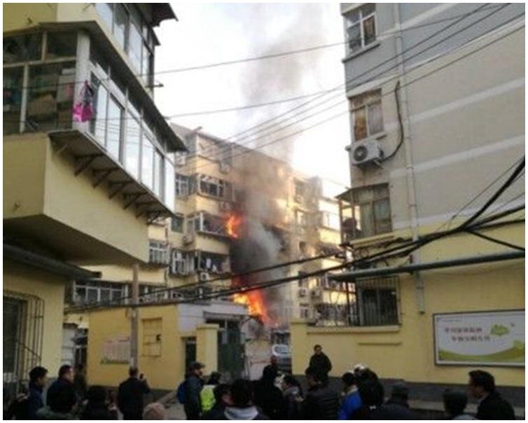 爆炸後發生大火。網圖