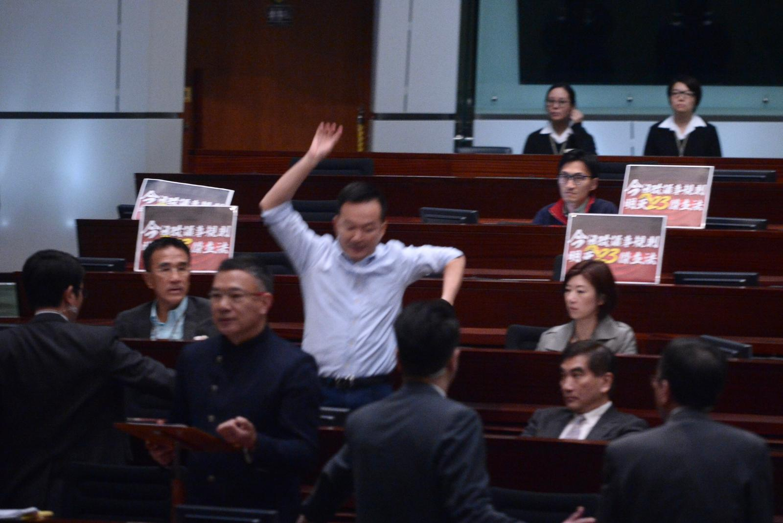 陳志全一度即跨越座位,企圖衝向主席台。