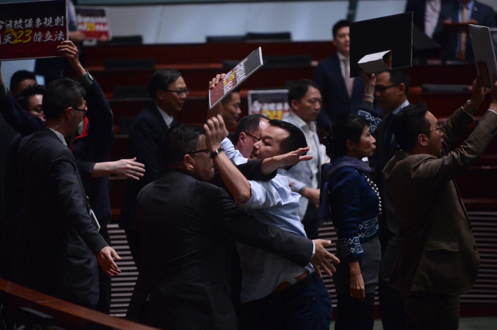 民主派議員衝向主席台示威,被保安阻止。