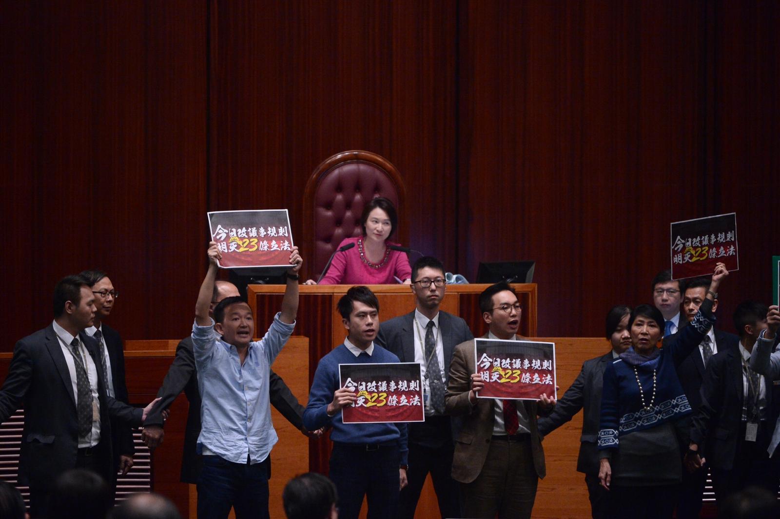 代主席李慧琼宣布暫停會議。
