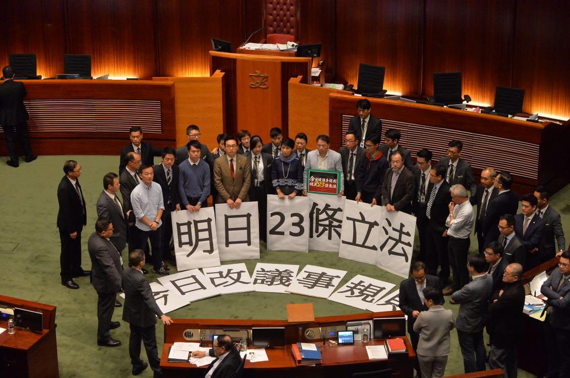 民主派議員示威。