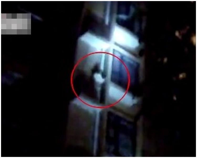 女子由1樓沿著水管爬到5樓放冷氣機的地方。網圖